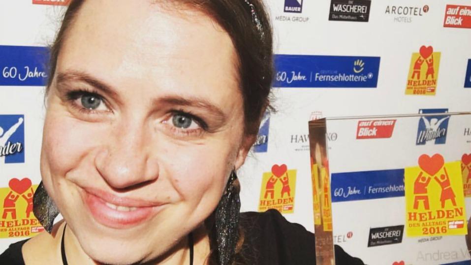 """Initiatorin Andrea Voß bei der Preisverleihung """"Heldin des Alltags""""  im Hamburger Theater Kehrwieder, Oktober 2016"""