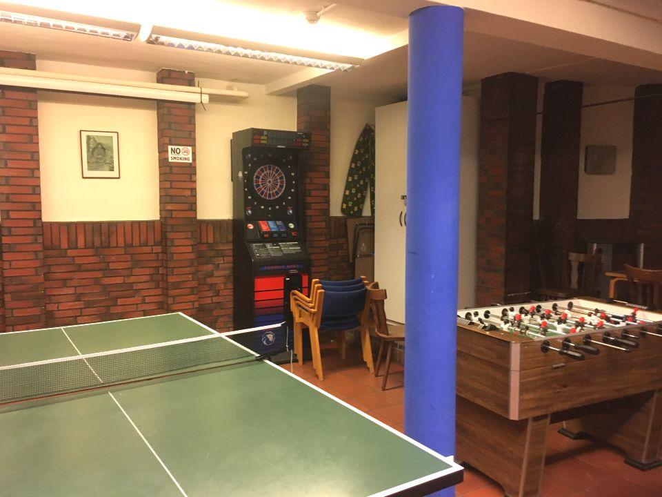 Billardtische, Karaoke, Tischtennisplatten: Im Untergeschoss können sich die Gäste kurz ablenken vom Alltag. Foto: Rem