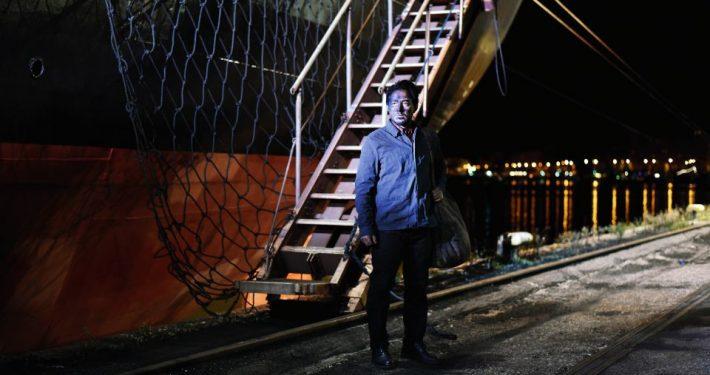 Aki Kaurismäki erzählt wie ein junger syrischer Flüchtling und ein finnischer Vertreter für Oberhemden sich finde. Jetzt im Kino