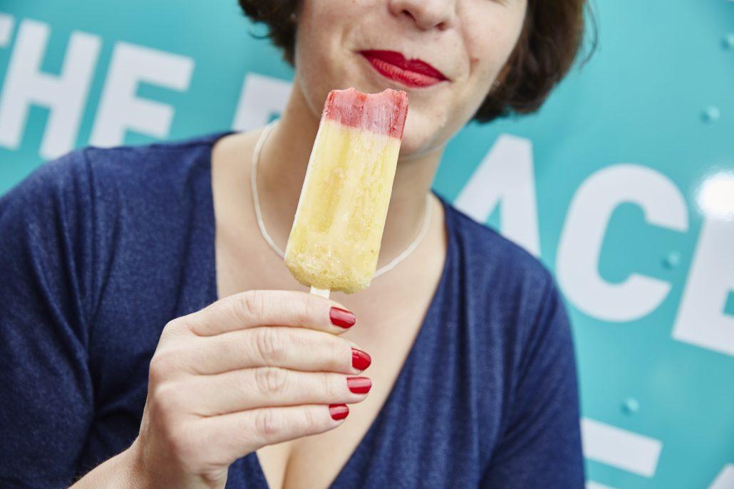 Sommer mit Elbphilharmonie-Silhouette vor blauem Hintergrund
