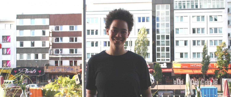 Emily-Mae Lewis auf dem Balkon des kukuun beim Interview zum Reeperbahn Festival