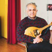 Ali Shibly bringt Kindern das Mandolinenspielen bei Foto: Jakob Börner