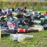 alte Flaschen liegen im Stadtpark herum