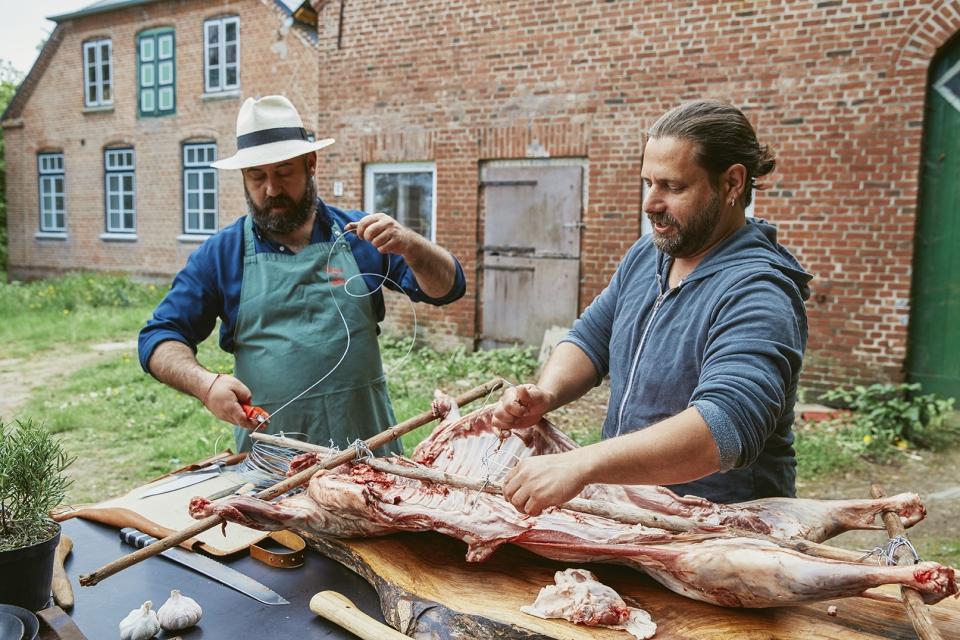 Die Kitchen Guerilla röstet Lamm über dem Feuer – am Weidenspieß Fotos: Seren Dal