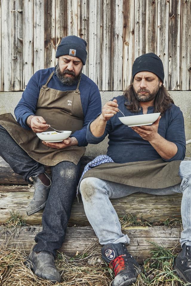 Die Kitchen Guerilla genießt den Schweinebauch und Rübeneintopf Foto: Seren Dal