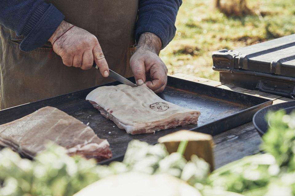 Schweinebauch im Freien schneiden; Foto: Seren Dal