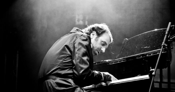 Chilly-Gonzales-Shut-up-play-the-piano-c-Olivier-Hoffschir
