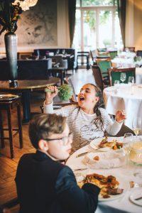 Kinder essen Artischocken im Jacobs Restaurant Hamburg Foto: Philipp Jung