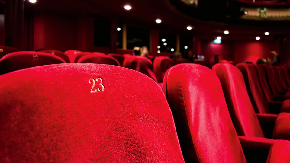 Symbolbild-English-Theatre-c-Unsplash-KILYAN-SOCKALINGUM