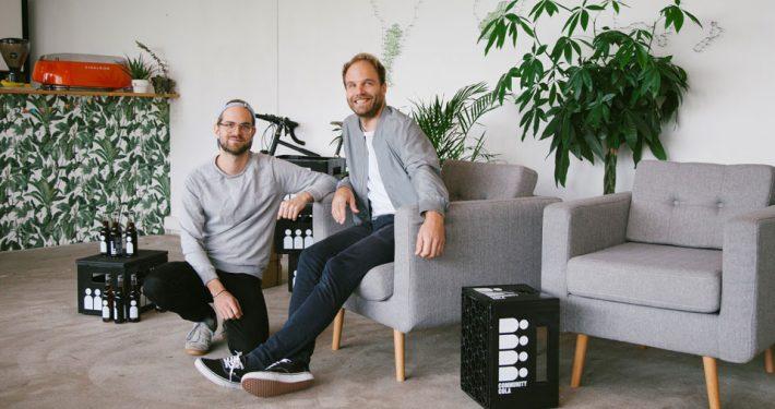 Jan (rechts) und Hanns machen Community Cola und tun damit Gutes. Foto: Ronja Schwer