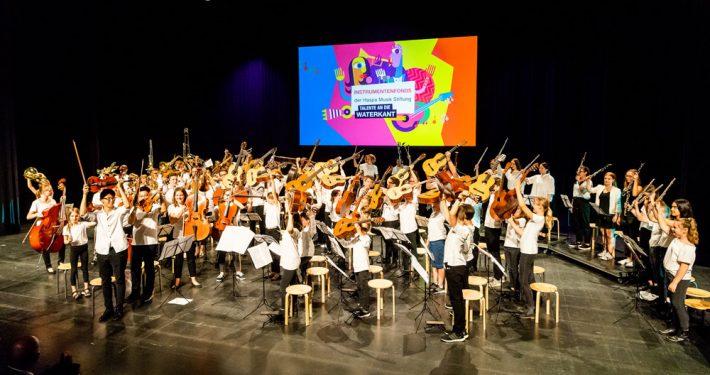 Zum zehnjährigen Geburtstag der Haspa Musik Stiftung standen im vergangenen Jahr rund 80 Kinder mit Instrumenten aus dem Instrumentenfonds auf der Bühne von Kampnagel.