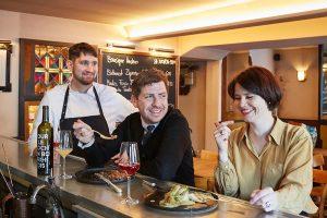 Frankreich – Bistro Carmagnole // Lässig französisch: die Inhaber Alvaro Rodrigo Otey und Maria Endrich mit Küchenchef Florian Ruß