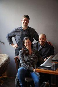 Italien – Pavoni // Führen das Pavoni mit Liebe, Leidenschaft und italienischer Gastfreundschaft: Die Brüder Enrico (links) und Giovanni Pavoni mit Sandra Marongiu