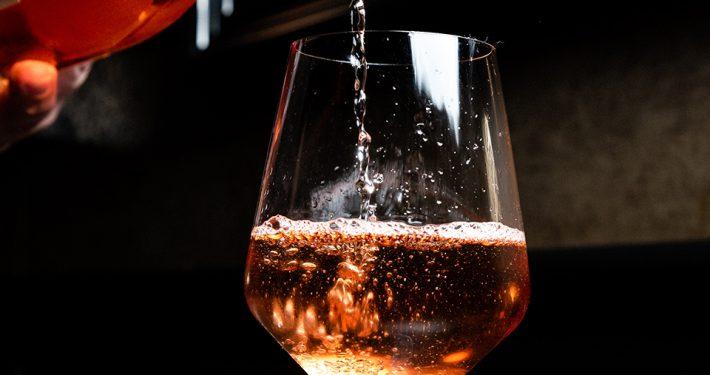 rosewein-tasting-c-kevin-kelly-unsplash