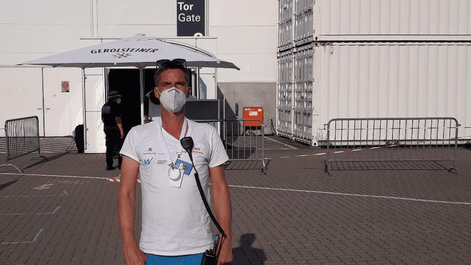 Philipp Wolgast hilft im Hamburger Impfzentrum © Ole Masch