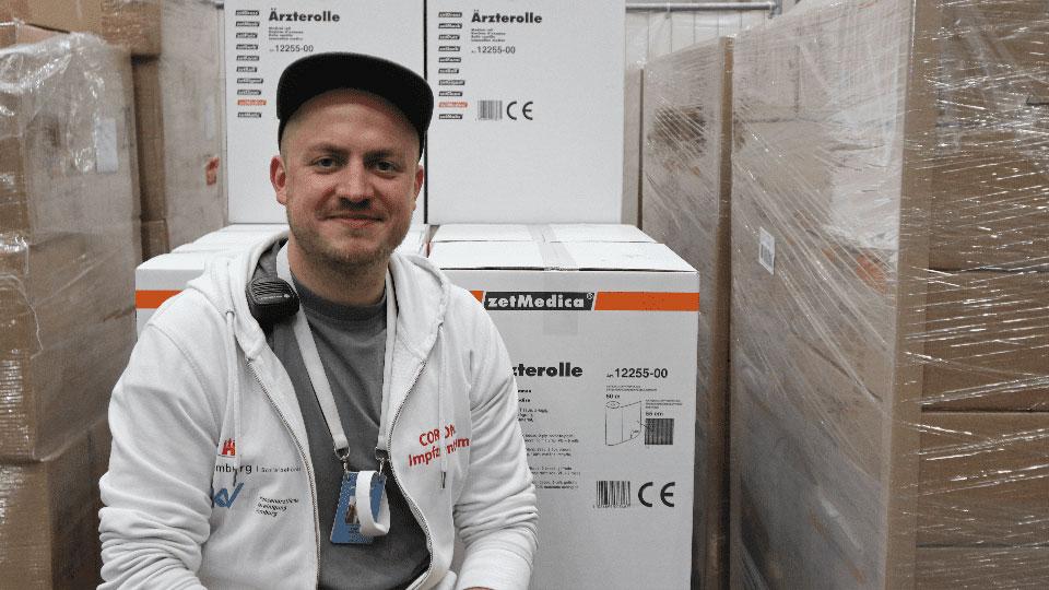 Roman Adam hilft im Hamburger Impfzentrum © Ole Masch