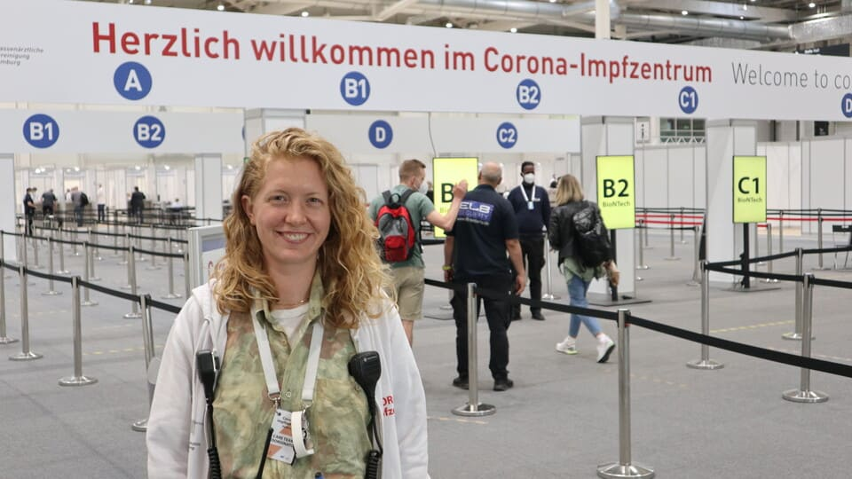Teresa Hähn hilft im Hamburger Impfzentrum © Ole Masch