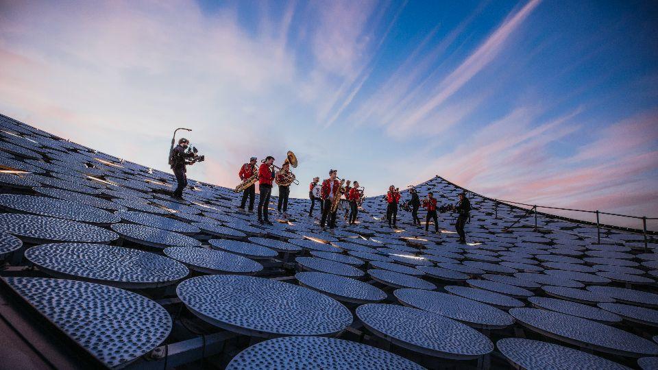 Meute auf dem Dach der Elbphilharmonie; Foto: Sophie Wolter