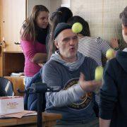 Herr Bachmann mag unkonventionell sein, aber er erreicht mit seinem Unterricht die Köpfe und Herzen der Schüler und Schülerinnen; Foto: Madonnen Film