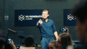 Der charismatische Student Karl (Jannis Niewöhner) verführt und überzeugt; Foto: Pandora Film