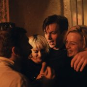 Verführt von Karl (Jannis Niewöhner) begibt sich Maxi (Luna Wedler, rechts im Bild) auf einen gefährlichen Trip; Foto: Pandora Film/Tom Trambow