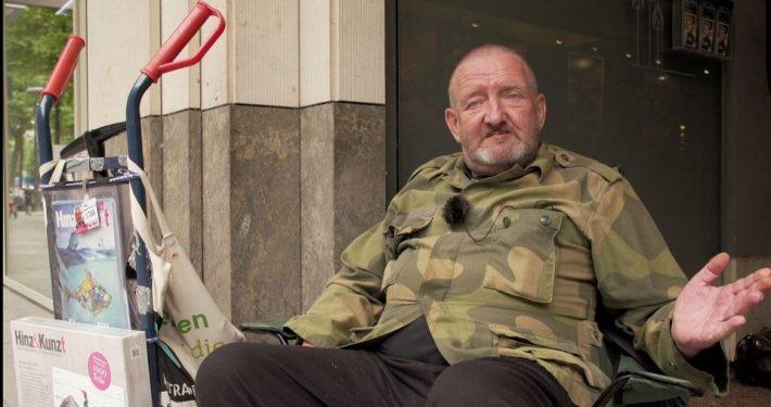Jürgen ist einer der Obdachlosen, der Fragen an die Politiker:innen stellt; Foto: Anke Gehrmann
