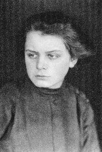 Porträt der Künstlerin TOYEN (Marie Čermínová / 1902–1980), um 1919; Foto: Fotograf:in unbekannt / Repro-Foto: Christoph Irrgang