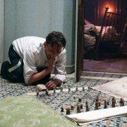 Bartok (Oliver Masucci) entdeckt in seiner Isolationshaft das Schachspielen; Foto: Studiocanal/Walker + Worm Film/Julia Terjung