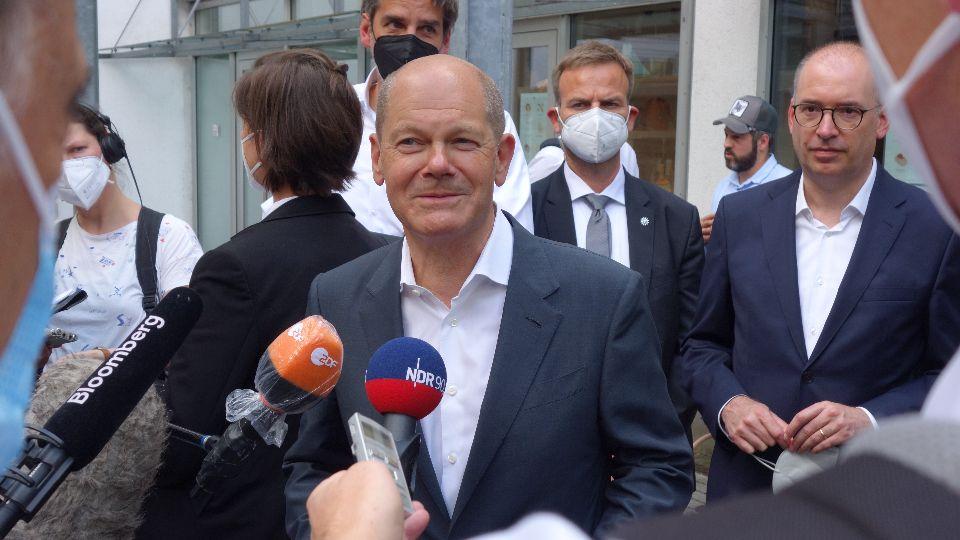 Im Gegensatz zu anderen Kandidaten scheint Olaf Scholz ein Gespür dafür zu haben, wann ein Lächeln angebracht ist; Foto: Marco Arellano Gomes