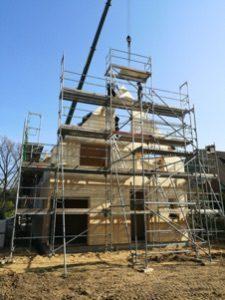 Die Häuser werden in massiver Holzbauweise errichtet; Foto: Grünwärts