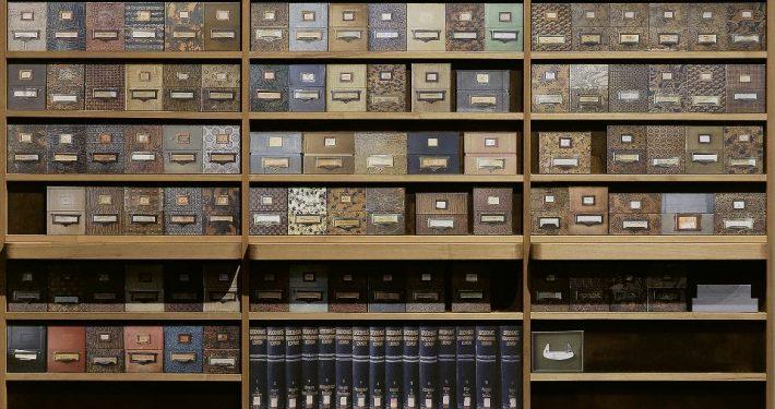 Christian Ertel, Axel Heil, Roberto Ohrt: Remake der Zettelkastenwand im Archiv des Warburg Institute, 2020 (Foto: Wootton / fluid; Courtesy The Warburg Institute)