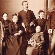 Rudolf Duala Manga Bell und Tube Meetom mit der Lehrerfamilie Oesterle in Aalen (Foto: Familienarchiv Rolf-Dieter Röger und Georg Röger /Platino)