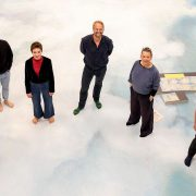 Einfach himmlisch: Klaus Schumacher (4. v. l.) und sein Ensemble wandeln auf Wolken im Foyer der neuen Spielstätte des Jungen Schauspielhauses (Foto: Sinje Hasheider)