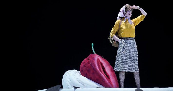 """""""Sophie Rois fährt gegen die Wand im Deutschen Theater"""", die Bühnenfassung des Deutschen Theaters Berlin ist zu Gast beim Hamburger Theater Festival (Foto: Arno Declair)"""